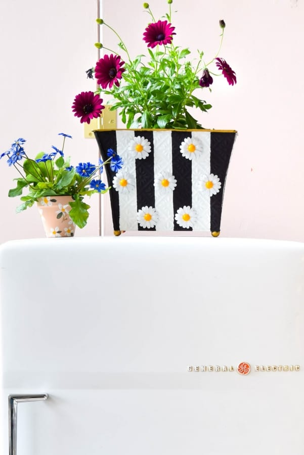 21 Easy DIY Planter Projects using galvanized painted with daisies